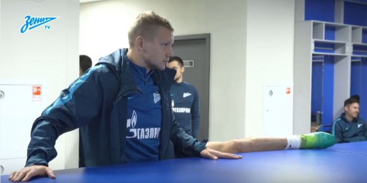 "The players of the FC ""Zenith"" tried the new locker rooms supplied by ""Büromöbel"" at the ""Zenit-Arena"""